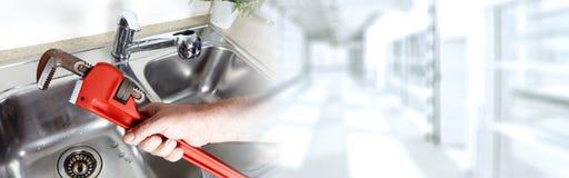 Υδραυλικός με το γαλλικό κλειδί Στοκ Φωτογραφίες