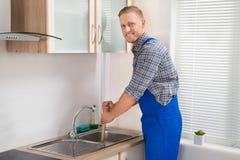 Υδραυλικός με το δύτη στην κουζίνα Στοκ εικόνες με δικαίωμα ελεύθερης χρήσης