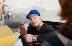 Υδραυλικός που επισκευάζει έναν νεροχύτη κουζινών Στοκ Φωτογραφία