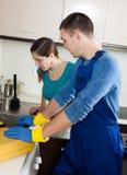 Υδραυλικός που επισκευάζει το νεροχύτη κουζινών για τη γυναίκα Στοκ φωτογραφία με δικαίωμα ελεύθερης χρήσης