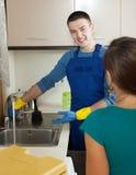 Υδραυλικός που επισκευάζει το νεροχύτη κουζινών Στοκ Εικόνα