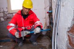 Υδραυλικός στην εργασία σε μια περιοχή Στοκ φωτογραφία με δικαίωμα ελεύθερης χρήσης