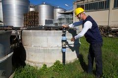 Υδραυλικός στην εργασία σε μια περιοχή Στοκ Εικόνες