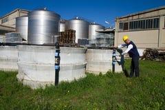 Υδραυλικός στην εργασία σε μια περιοχή Στοκ φωτογραφίες με δικαίωμα ελεύθερης χρήσης