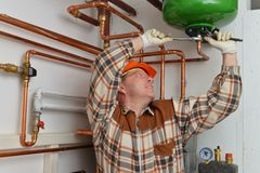 Υδραυλικός στην εργασία Στοκ Εικόνες