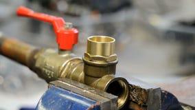 Υδραυλικός στην εργασία απόθεμα βίντεο