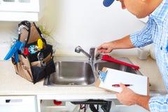 Υδραυλικός στην κουζίνα Στοκ Φωτογραφίες