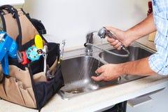 Υδραυλικός στην κουζίνα Στοκ Εικόνες