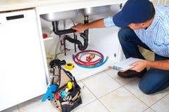 Υδραυλικός στην κουζίνα Στοκ Φωτογραφία