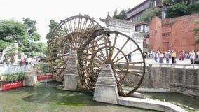 Υδραυλικός τροχός στην παλαιά πόλη Lijiang, Yunnan Κίνα απόθεμα βίντεο