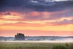 Υδρονέφωση βραδιού μετά από τη βροχή θυελλώδες ηλιοβασίλ&epsil Στοκ Εικόνες