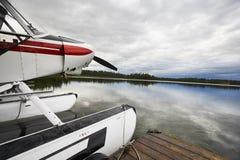 Υδροπλάνο που δένεται στην αποβάθρα Στοκ εικόνες με δικαίωμα ελεύθερης χρήσης