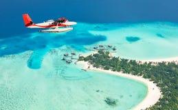 Υδροπλάνο που πετά επάνω από τα νησιά των Μαλδίβες Στοκ Εικόνα