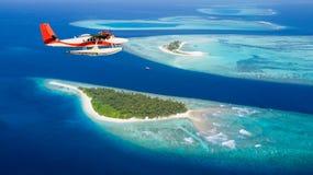 Υδροπλάνο που πετά επάνω από τα νησιά των Μαλδίβες Στοκ Φωτογραφία