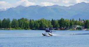 Υδροπλάνο στην κουκούλα λιμνών στην Αλάσκα Στοκ Φωτογραφίες
