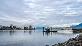 Υδρόβια αποβάθρα κεντρικών πορθμείων με τα σύννεφα το πρωί στοκ φωτογραφίες