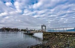Υδρόβια αποβάθρα κεντρικών πορθμείων με τα σύννεφα το πρωί στοκ εικόνα με δικαίωμα ελεύθερης χρήσης