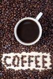 Υδρόμελι φλιτζανιών του καφέ και ΚΑΦΕ λέξης από τα φασόλια Στοκ Φωτογραφίες