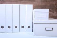 Φάκελλος αρχείων με τα έγγραφα και σημαντικό έγγραφο σχετικά με το απομονωμένο υπόβαθρο Στοκ Εικόνες