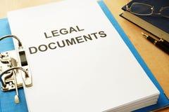 Φάκελλος με τα νομικά έγγραφα τίτλου σε ένα γραφείο Στοκ φωτογραφίες με δικαίωμα ελεύθερης χρήσης