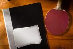 Φάκελλος με τις φωτογραφίες και τη ρακέτα αντισφαίρισης στοκ εικόνες με δικαίωμα ελεύθερης χρήσης