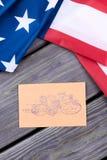 Φάκελος αμερικανικών σημαιών και τεχνών με τα γραμματόσημα Στοκ φωτογραφία με δικαίωμα ελεύθερης χρήσης