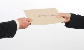Φάκελος ανταλλαγής δύο ανώτερων υπαλλήλων που περιέχει τη εμπιστευτική πληροφορία Στοκ φωτογραφία με δικαίωμα ελεύθερης χρήσης