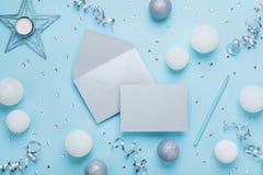 Φάκελος, κάρτα εγγράφου και διακόσμηση στην μπλε άποψη επιτραπέζιων κορυφών Άνετο πρότυπο Χριστουγέννων για το χαιρετισμό Επίπεδο Στοκ φωτογραφίες με δικαίωμα ελεύθερης χρήσης