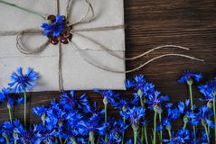 Φάκελος και λουλούδια στοκ εικόνα