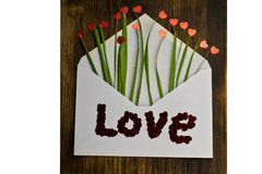 Φάκελος με την κόκκινες καρδιά και τη χλόη αγάπη επιστολών καρδιών φακέλων βαλεντίνος ημέρας s Ο 14ος του Φεβρουαρίου Στοκ φωτογραφία με δικαίωμα ελεύθερης χρήσης