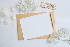 Φάκελος προτύπων με τα λουλούδια και τις καρδιές για την επιστολή, θέση για το κείμενο Στοκ Φωτογραφίες