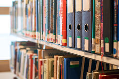 Φάκελλοι αρχείων παραθύρων σε ένα ράφι σε μια βιβλιοθήκη Στοκ Φωτογραφία