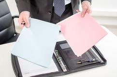 Φάκελλοι εκμετάλλευσης επιχειρηματιών στα χέρια του στοκ εικόνες