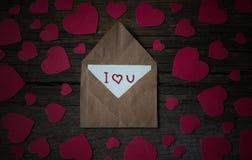 Φάκελος με την κάρτα και το κείμενο σ' αγαπώ και κόκκινες καρδιές για valent Στοκ Φωτογραφία