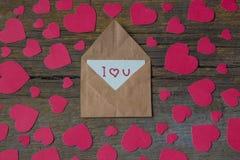 Φάκελος με την κάρτα και το κείμενο σ' αγαπώ και κόκκινες καρδιές για valent Στοκ Εικόνες
