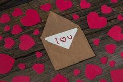 Φάκελος με την κάρτα και το κείμενο σ' αγαπώ και κόκκινες καρδιές για valent Στοκ φωτογραφία με δικαίωμα ελεύθερης χρήσης