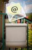 Φάκελος με τη μείωση σημαδιών ηλεκτρονικού ταχυδρομείου στην ταχυδρομική θυρίδα Στοκ εικόνες με δικαίωμα ελεύθερης χρήσης