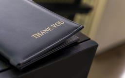 Φάκελλος πιστωτικών καρτών δέρματος για την τιμολόγηση πελατών στοκ εικόνα