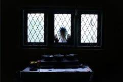 Φάντασμα που κοιτάζει μέσω του παραθύρου γυαλιού στοκ φωτογραφία με δικαίωμα ελεύθερης χρήσης