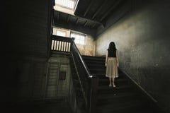 Φάντασμα στο συχνασμένο σπίτι, μυστήρια γυναίκα, σκηνή φρίκης τρομακτικού Στοκ εικόνα με δικαίωμα ελεύθερης χρήσης