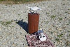 Φάντασμα 4 Quadrocopter DJI σε μια ξύλινη κάνναβη Προετοιμασία του κηφήνα για την πτήση Το Dron είναι ένα καινοτόμο πετώντας ρομπ Στοκ φωτογραφίες με δικαίωμα ελεύθερης χρήσης