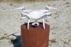 Φάντασμα 4 Quadrocopter DJI σε μια ξύλινη κάνναβη Προετοιμασία του κηφήνα για την πτήση Το Dron είναι ένα καινοτόμο πετώντας ρομπ Στοκ Φωτογραφίες
