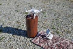 Φάντασμα 4 Quadrocopter DJI σε μια ξύλινη κάνναβη Προετοιμασία του κηφήνα για την πτήση Το Dron είναι ένα καινοτόμο πετώντας ρομπ Στοκ Εικόνα