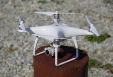 Φάντασμα 4 Quadrocopter DJI σε μια ξύλινη κάνναβη Προετοιμασία του κηφήνα για την πτήση Το Dron είναι ένα καινοτόμο πετώντας ρομπ Στοκ Εικόνες