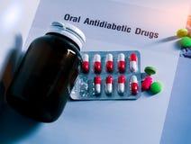 Φάρμακα διαβήτη στα πακέτα και και μπουκάλι ιατρικής την κενή ετικέτα που τοποθετείται με στο εγχειρίδιο Πράσινες ταμπλέτες και ρ Στοκ εικόνες με δικαίωμα ελεύθερης χρήσης