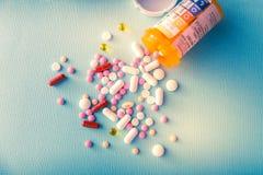 Φάρμακα θεραπείας μιγμάτων σωρών καψών χαπιών ταμπλετών, καταπραϋντικός, αντιβιοτικά, παυσίπονο πέρα από ένα μπλε άσπρο υπόβαθρο στοκ φωτογραφίες με δικαίωμα ελεύθερης χρήσης