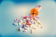 Φάρμακα θεραπείας μιγμάτων σωρών καψών χαπιών ταμπλετών, καταπραϋντικός, αντιβιοτικά, παυσίπονο πέρα από ένα μπλε άσπρο υπόβαθρο στοκ φωτογραφία με δικαίωμα ελεύθερης χρήσης