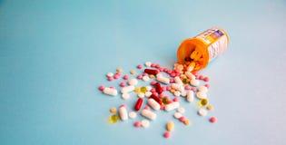 Φάρμακα θεραπείας μιγμάτων σωρών καψών χαπιών ταμπλετών, καταπραϋντικός, αντιβιοτικά, παυσίπονο πέρα από ένα μπλε άσπρο υπόβαθρο στοκ εικόνα με δικαίωμα ελεύθερης χρήσης