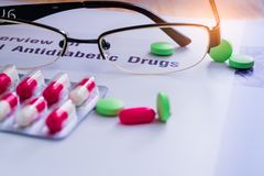 Φάρμακα και γυαλιά διαβήτη που τοποθετούνται στο εγχειρίδιο Διαβήτης mellitus Στοκ Φωτογραφίες
