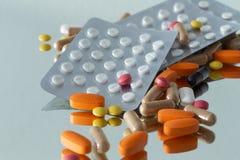 Φάρμακα και ταμπλέτες των διάφορων τύπων στοκ εικόνα